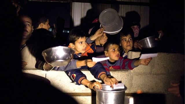 Kinder warten in einem türkischen Flüchtlings-Camp auf Nahrung.
