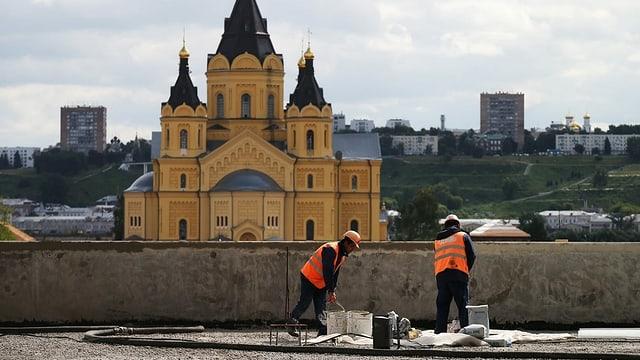 Bauarbeiter arbeiten am Stadium in Nischni Nowgorod.