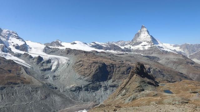 Blick auf die Walliser Alpen mit Matterhorn und einem wolkenlosen Himmel.