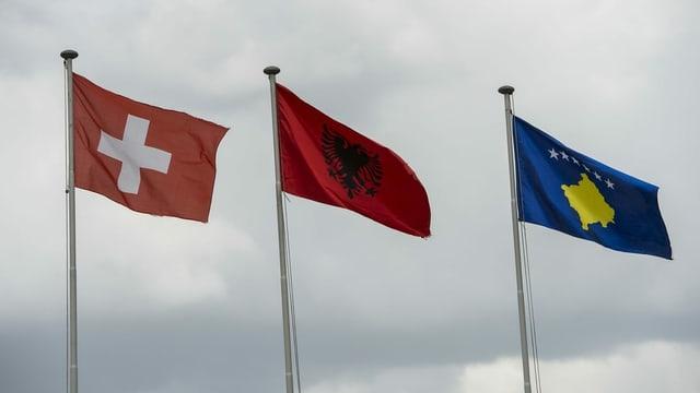 Schweizer, albanische und kosovarische Fahne