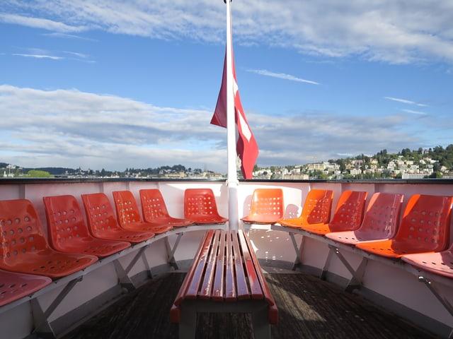 Leere Plätze auf einem Motorboot.