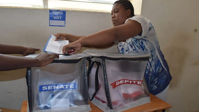 Frau in Haiti stimmt für die Parlamentswahl ab