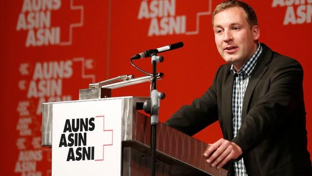 SVP-Nationalrat Lukas Reimann an einem Rednerpult.