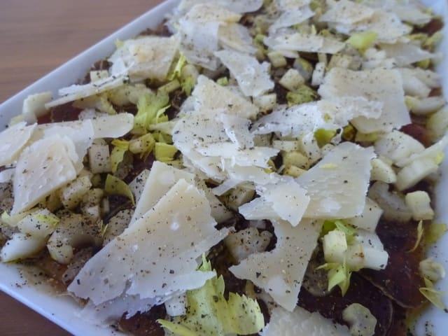 Trockenfleisch-Carpaccio mit Parmesan angerichtet.