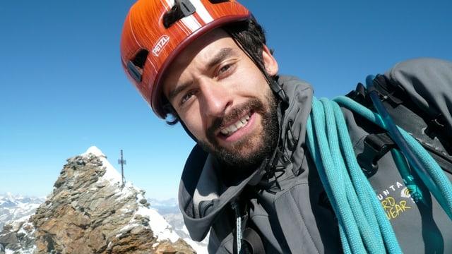 Ein Bergsteiger in Vollmontur.