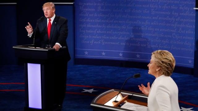 Trump e Clinton durant il duel da televisiun.