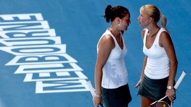 Aljona und Kateryna Bondarenko besprechen auf dem Court ihre Taktik.
