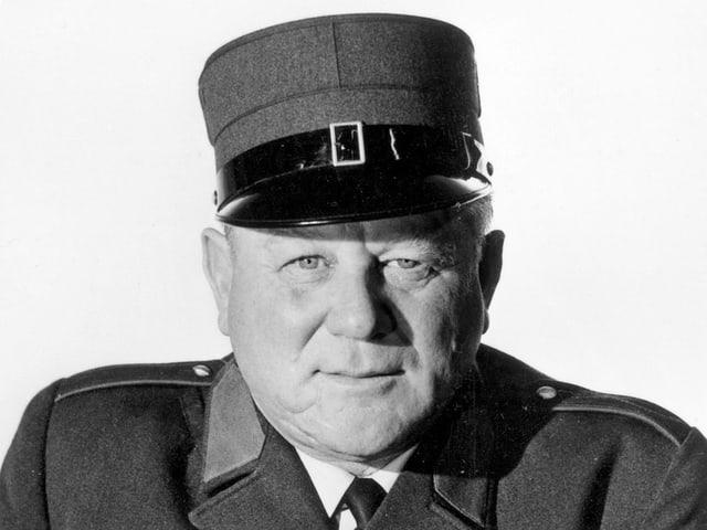 Ein Mann in Uniform.
