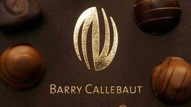 Purtret d'ina tschigulatta cun scrit si Barry Callebaut.