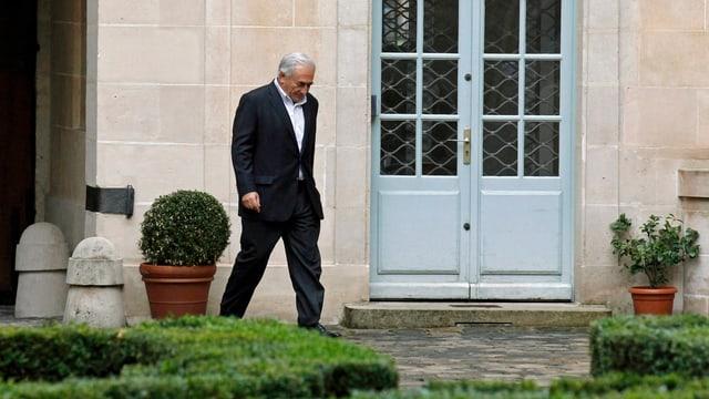Dominique Strauss-Kahn spziert Ende September im Garten seiner Residenz in Paris. (reuters)