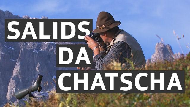 In chatschadur cun in apparat da fotografia.