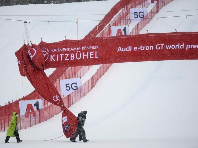 Transparente in Kitzbühel werden eingerollt.