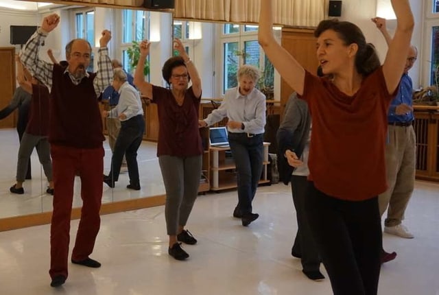 Senioren beim Tanzen in Ballettsaal.