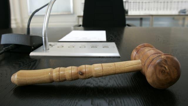Hammer auf einem Gerichtspult.