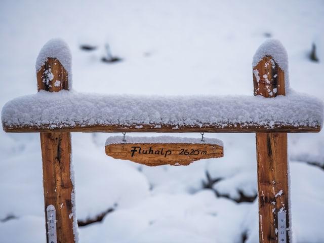 Schnee auf einem Schild.
