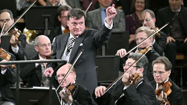 Dirigent inmitten von Musikern
