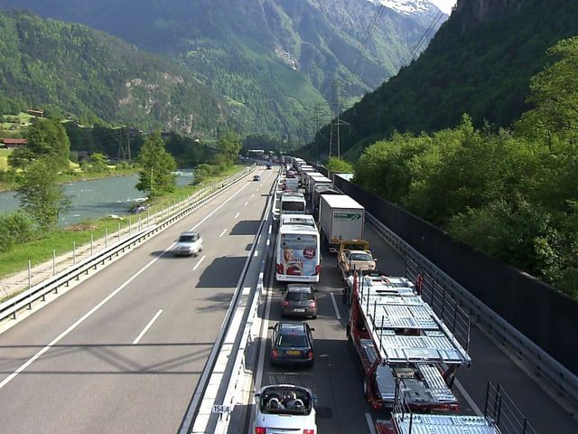 Stau vor dem Gotthard-Nordportal.