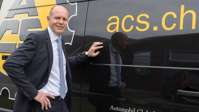 Thomas Hurter vor einem Auto mit ACS-Schriftzug.