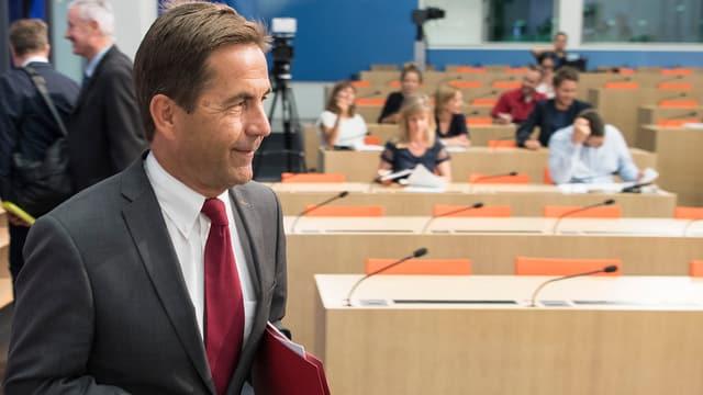 Thurnherr betritt den Medienkonferenzsaal