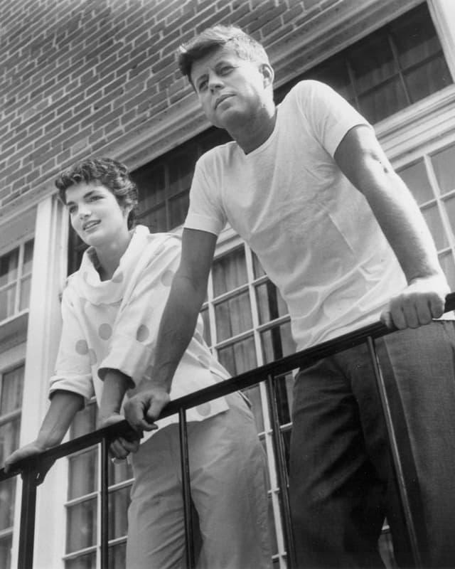 Jacqueline Kennedy neben JFK; Schwarz-Weiss-Fotografie auf einem Balkon stehend.