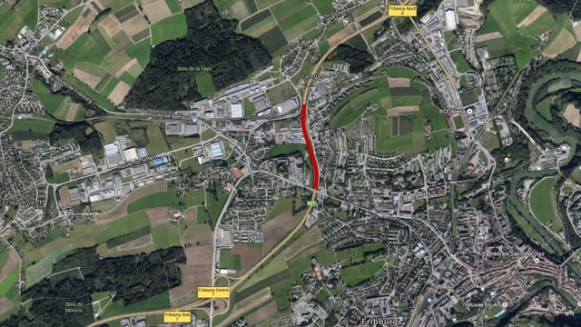 Luftbild mit der Autobahn rot eingezeichnet.