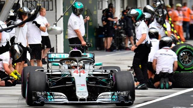 Il Brit Lewis Hamilton en la boxa.