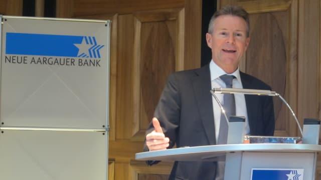 Chef der Neuen Aargauer Bank am Rednerpult