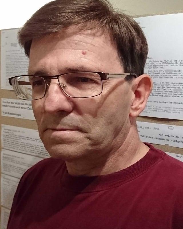Emmisberger heute mit Brille und rotem Pullover.