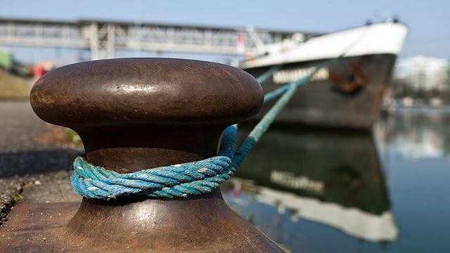 Ein vertautes Schiff im Basler Rheinhafen