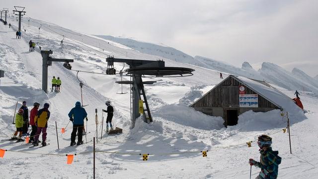Skilift mit Skifahrern.