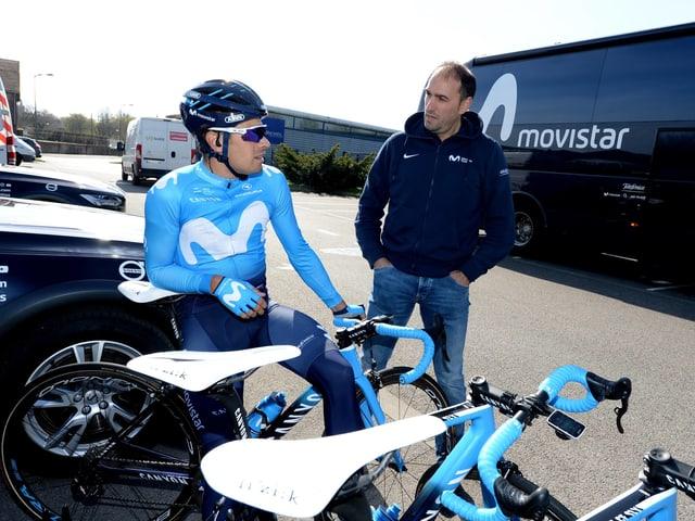 Mikel Landa im Gespräch mit dem sportlichen Leiter José Luis Arrieta.
