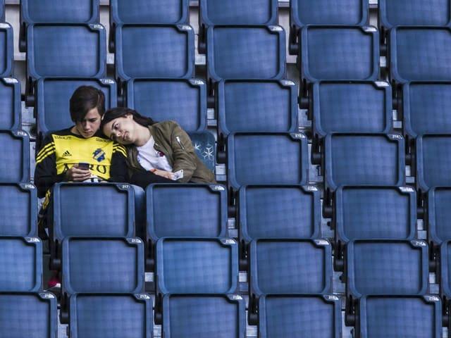 Zwei Fans auf der Tribüne in Solna