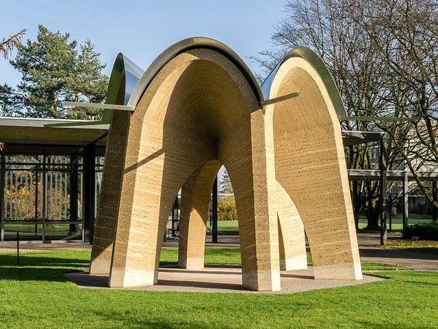 Kuppelgebäude aus Lehm in einem Park