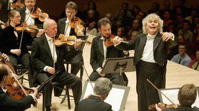 Ein Dirigent und ein Orchester.
