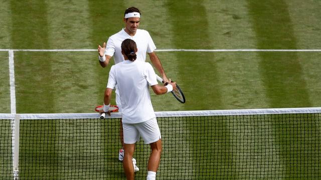 Purtret da Federer e l'Ucranais che dattan il maun suenter la partida.
