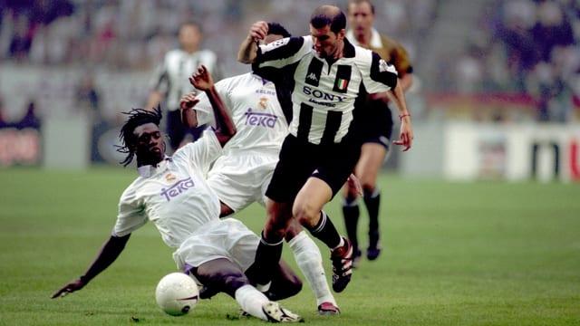 Clarence Seedorf stoppt Zinedine Zidane.