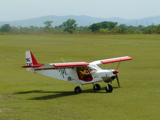 Franz Kohler auf dem Flugfeld in Accra.