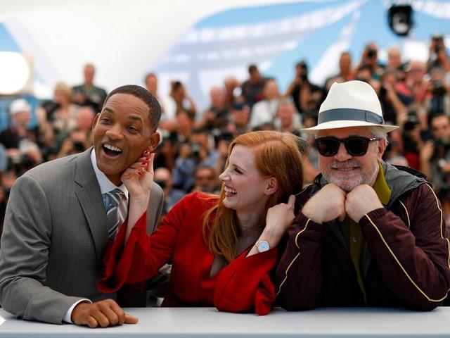 Zwei Männer und eine Frau stehen nebeinander und posieren für die Kamera.
