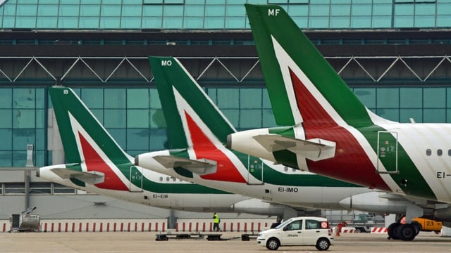 Die Heckflossen von drei abgestellten Alitalia-Maschinen auf dem Römer Flughafen