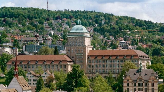 Das Gebäude der Universität Zürich mit seiner markanten grünen Kuppel, von weit her betrachtet.