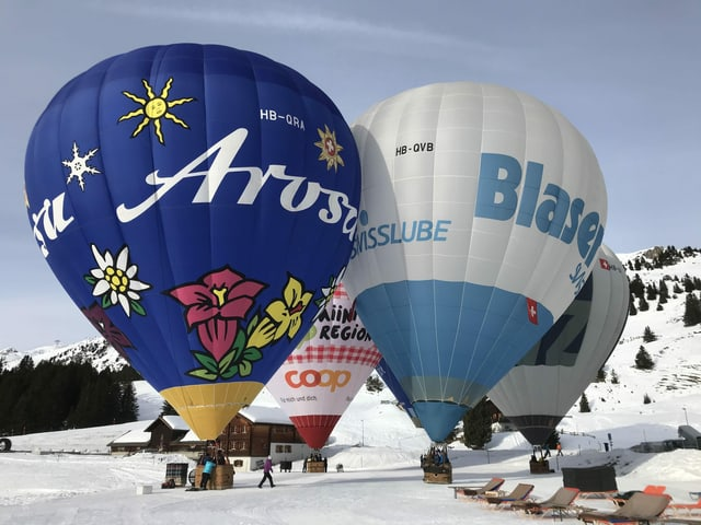 Heissluftballone kurz vor dem Start.