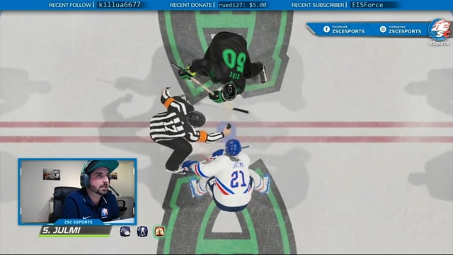Julmi mit Headset, eingeblendet in eine virtuelle Eishockeyszene