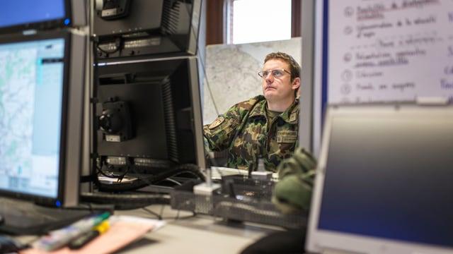 Kadermann der Armee vor einem Computer