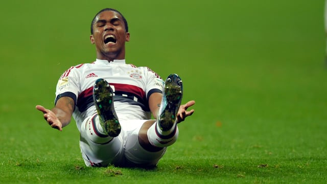 Bayerns Douglas Costa am Boden
