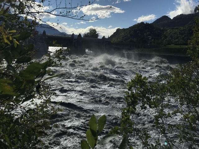 Fluss mit sehr hohem Pegel mit braunen Fluten.