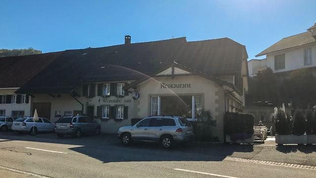 Dorfbeiz in Elfingen bei Sonnenschein und blauem Himmel