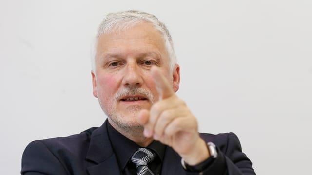 Peter Gomm, Präsident der Konferenz der kantonalen Sozialdirektorinnen und Sozialdirektoren (SODK), an der Medienkonferenz.