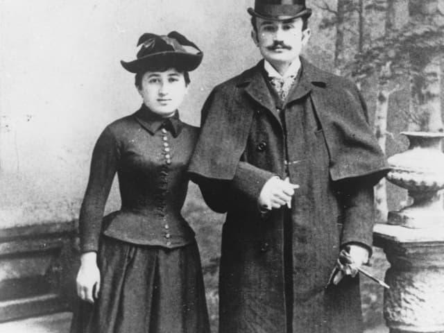 ein schwarz-weiss Foto eines Paares