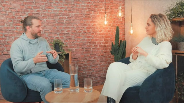 Simon Brechbühler en discurs cun l'influencera Jana Highholder en il studio da URBN.K a Turitg.