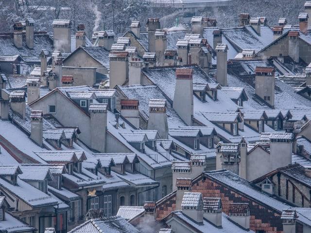 Verschneite Dächer und Kamine in der Berner Altstadt.